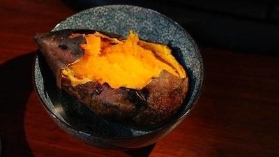 お皿の上に乗った焼き芋