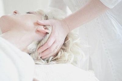 ヘッドスパをする女性