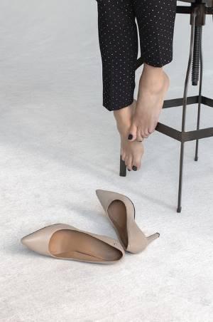 ハイヒールを脱ぐ女性の脚