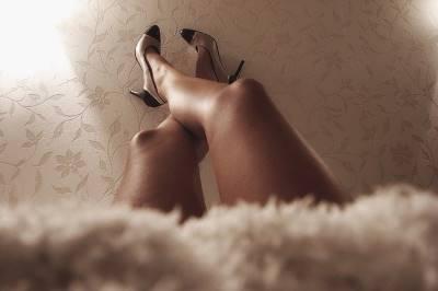 ハイヒールを履く女性の足