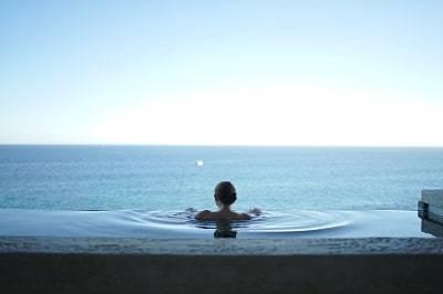 温泉に入る女性の後ろ姿