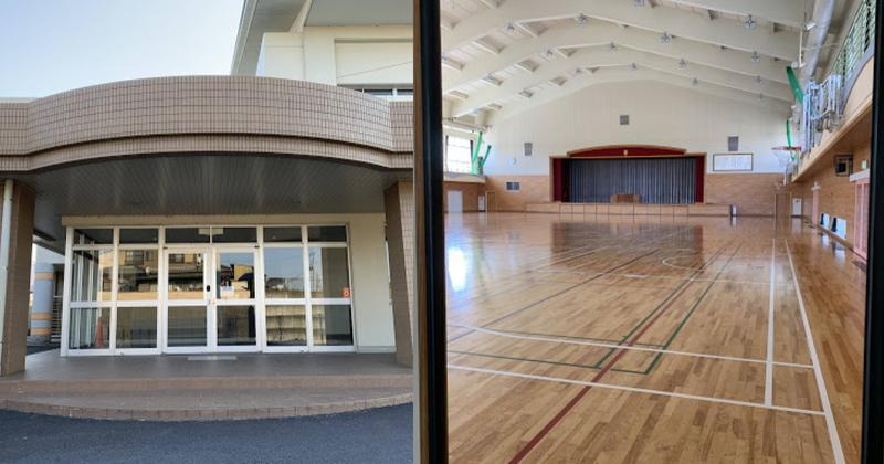 写真:スマートロック が設置された小川南小学校正面玄関、体育館