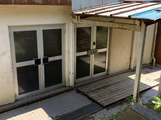 写真:学校統廃合により廃校となり、無人管理で施設開放される旧小川小学校