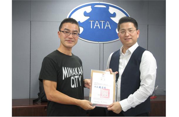 台南市旅行商業同業公會から顧問に任命された筆者(左)と同業公會の蘇榮尭理事長(右)