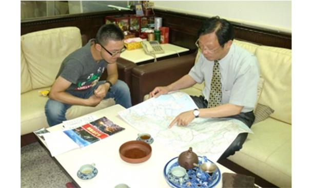 一番はじめに筆者(左)の話を聞いてくれた台南の旅行会社「欣隆旅行社」の施国隆社長(右)