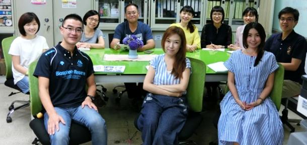 台南市政府新聞及国際関係処の職員のみなさんと阿部さん(前列左)