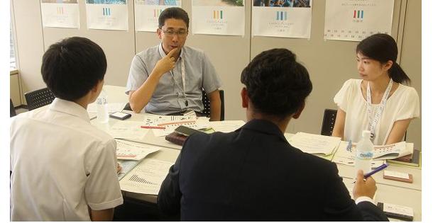 奥左から、川崎市シティプロモーション推進室の柴山巌室長と両角美香さん