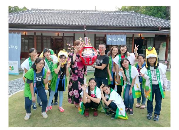交流館「「みなかみ物語」で高崎市のダルマ職人によるイベントを行った時の様子。現地の大学生や高校生がサポートしてくれた