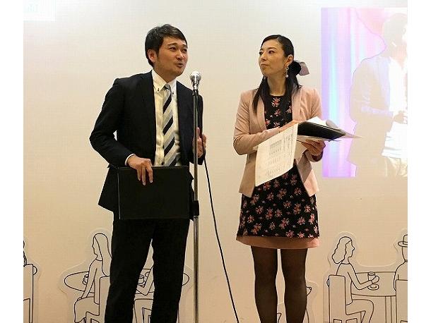 地方公務員アワード2019の司会を務めた脇 雅昭さん(左、神奈川県庁 政策局 知事室 政策調整担当部長/政策局 未来創生担当部長)と昨年のアワード受賞者で元福井県庁職員の岩田 早希世さん(右)。現在、岩田さんは地元FM局の人気パーソナリティ