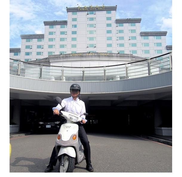 台南市政府の外観。バイクに乗っているのは阿部さん