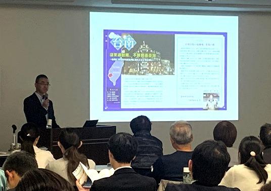 みなかみ町の台湾インバウンド施策から学ぼうとする自治体が増えている。写真は秋田市役所(秋田)で行われた阿部さんの講演会の様子(2019年11月14日)。インバウンド施策やマンゴー交流の実践などを紹介した