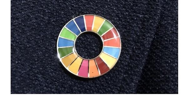 目にすることが多くなった色鮮やかなSDGsのピンバッジ