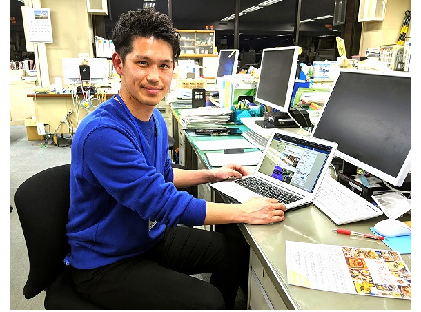 インタビューに応じる館林市商工課の早川純さん