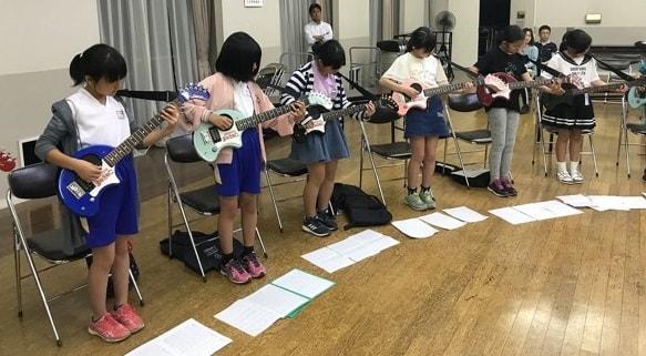 「ROAD TO 1000人ROCK」と銘打った地域の子どもたちを対象にしたギター教室の様子(写真提供=1000人ROCK FES.GUNMA実行委員会)