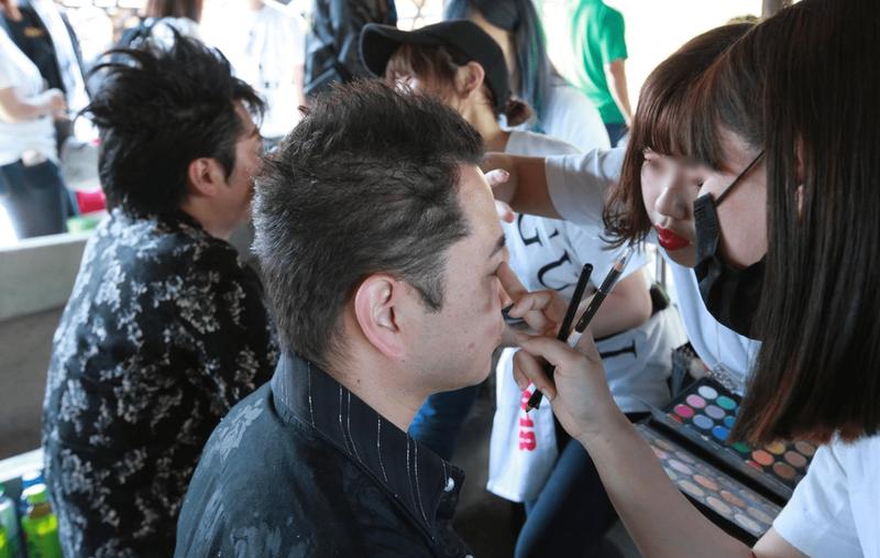 1000人ROCKのボランティアで参加者のメイクなどを行う群馬県美容専門学校の学生たち(写真提供=1000人ROCK FES.GUNMA実行委員会)