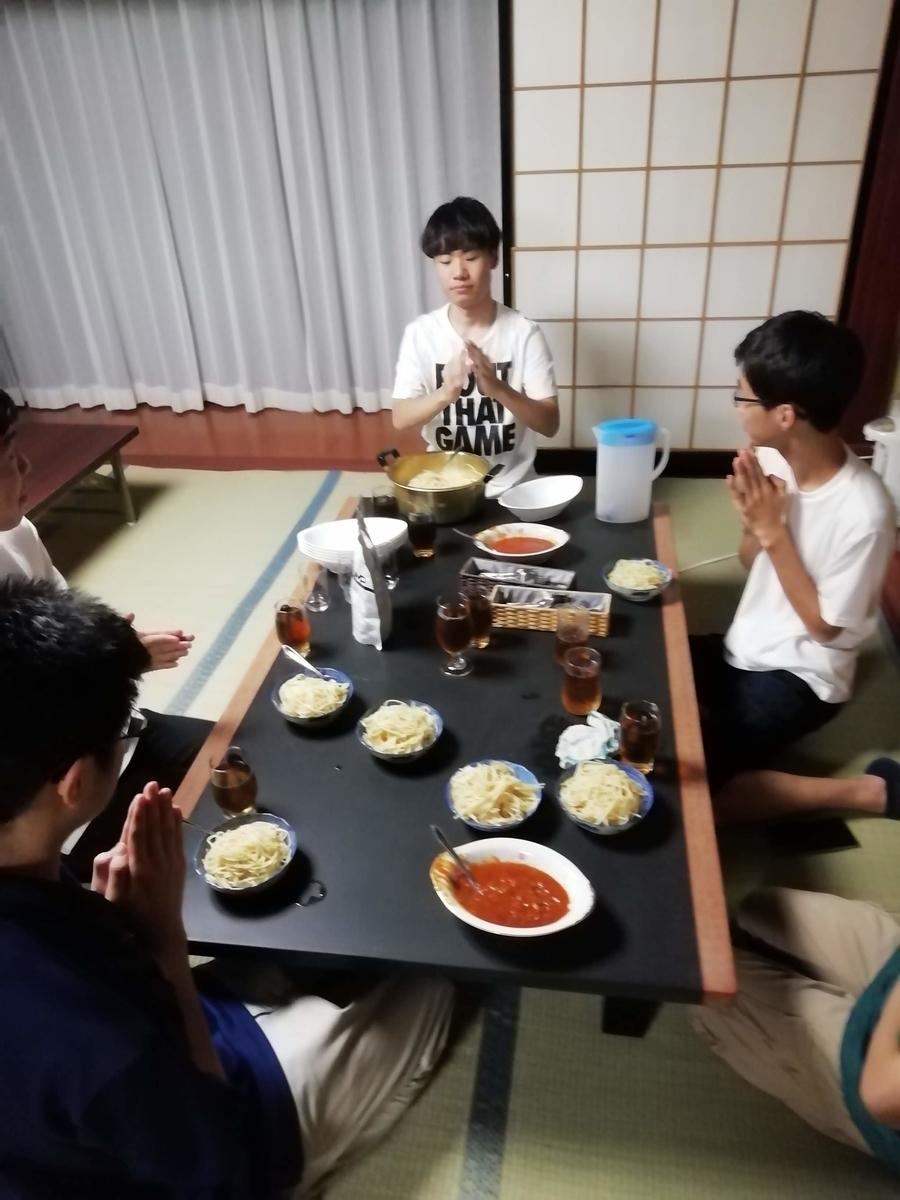 パスタを食べようとする人々