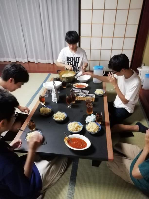 ご飯を食べる光景