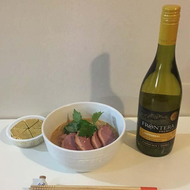 白ワインとチーズで「アサムラサキ かき醤油ラーメン とんこつしょうゆ味 2食入り 」を食べる
