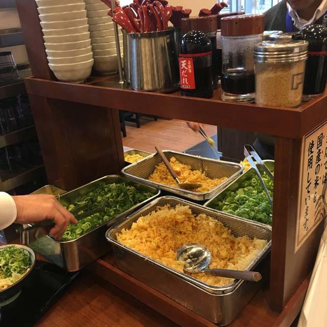 丸亀製麺で60円の天丼を食べる裏技を発動する方法その3:セルフカウンターでライスの上に天かすをのせて薬味がわりに青ネギをぱらぱら