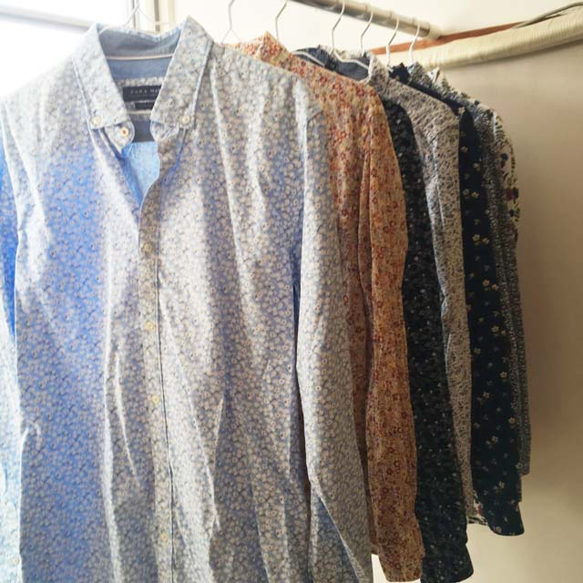 同じ「小花柄シャツ」でも買い換えると流行のえりやラインになっていくので、微妙に更新されていくのね。  新しいシャツを着るとちょっと今風に見えます。笑  今までは真っ赤なジャケットやブルゾン、えんじのコートを着ていたのですが、今年の冬は黒い中綿入りのコートに買い替えていたので、自分の中で流行りの色が変化しているようではあります。  が、一気に違うテイストに様変わりするのとは違い、徐々に変化していくので違和感を覚えにくいです。  こうやって「私服を制服化」して、1枚インしたら1枚アウトして、少しずつ更新していくと、いつも似合う私服を着用できるんだなぁ。  「私服を制服化」する予定もなかったし、「おしゃれ」でもなかった中年男が、洋服を断捨離することでおしゃれに変身した話でした。