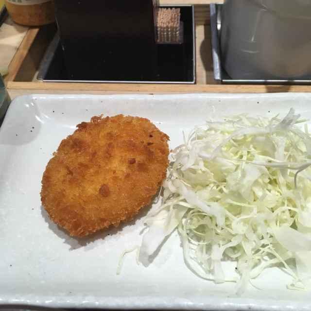 松乃屋の朝定食「豚汁定食」には豚汁、ライス、コロッケ、キャベツ、生卵、冷ややっこ、味付け海苔がセット