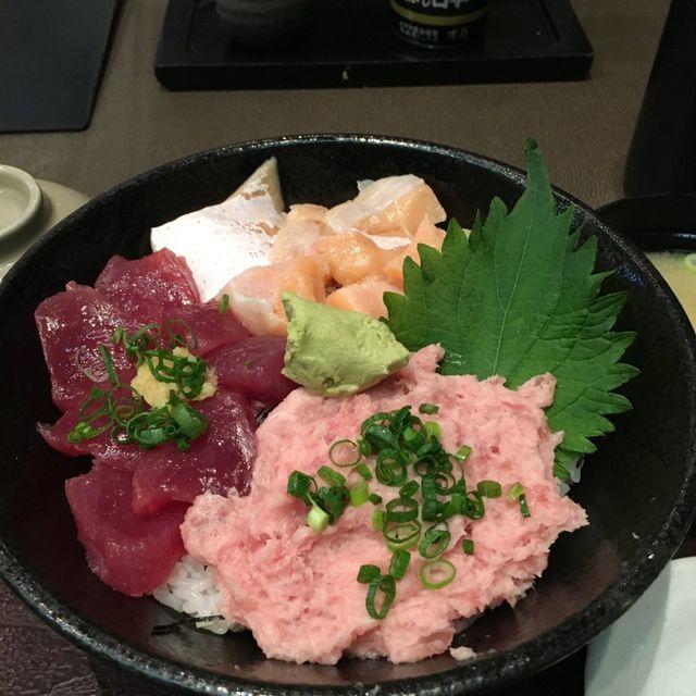 まわらない寿司チェーン「魚がし日本一」のランチ「三色丼」がリーズナブルなのにネタは新鮮で、味噌汁に茶碗蒸しまでついて780円。しかも大盛りでも値上がりなし!