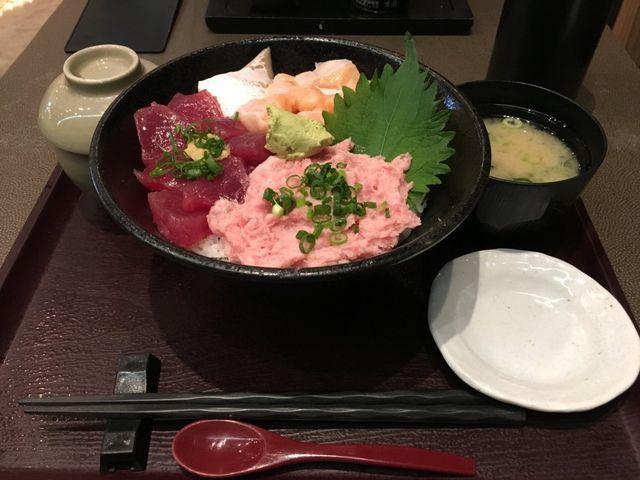 魚がし日本一の「三色丼」は、その時々の新鮮なネタ3種と味噌汁に茶碗蒸しがついてたった780円。