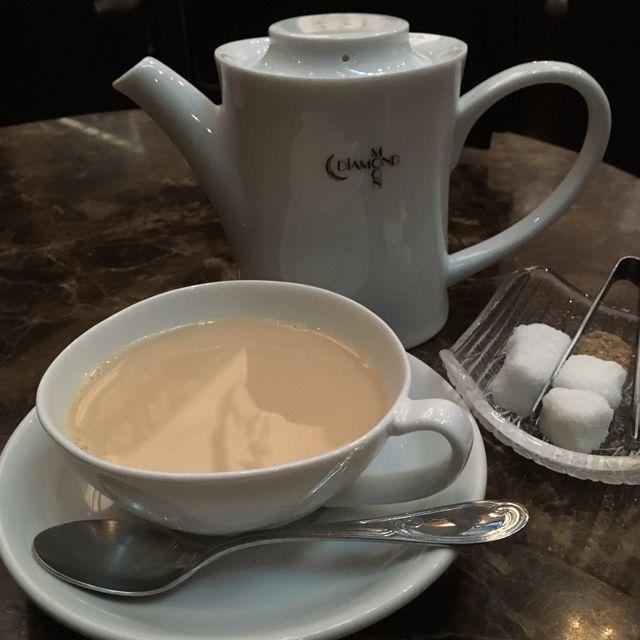 矢沢永吉の公式ショップ「DIAMOND MOON(ダイアモンドムーン)」に併設されたカフェ&バースペースでカフェモカとミルクティーを楽しむ昼下がり