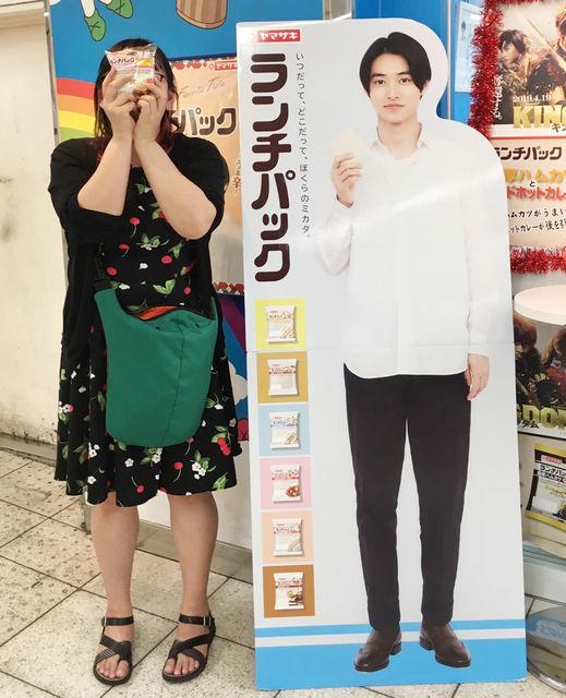 魅力その5:今なら「ランチパックSHOP 池袋店」店頭の山崎賢人(ほぼ)等身大ポップと記念写真が撮れるよ