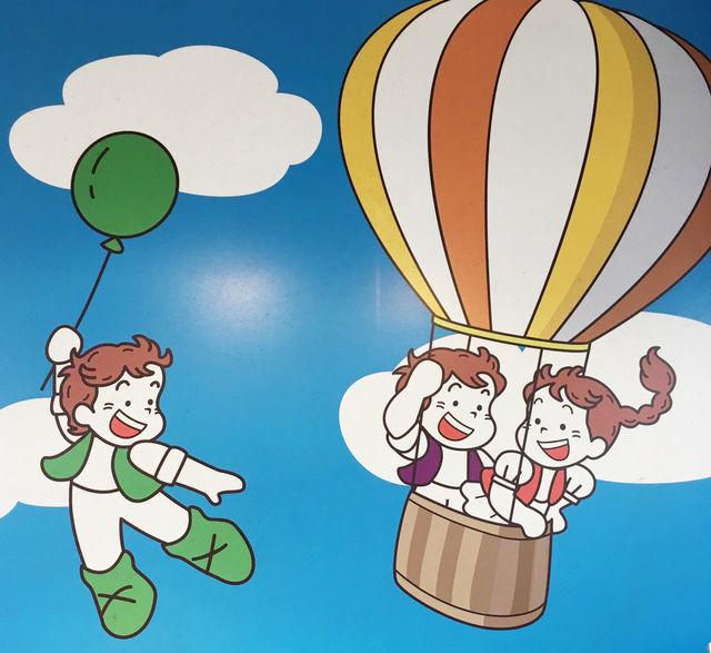 魅力その2:ランチパックのレトロかわいいキャラクターが描かれた「ランチパックSHOP 池袋店」の昭和感溢れる店がまえ