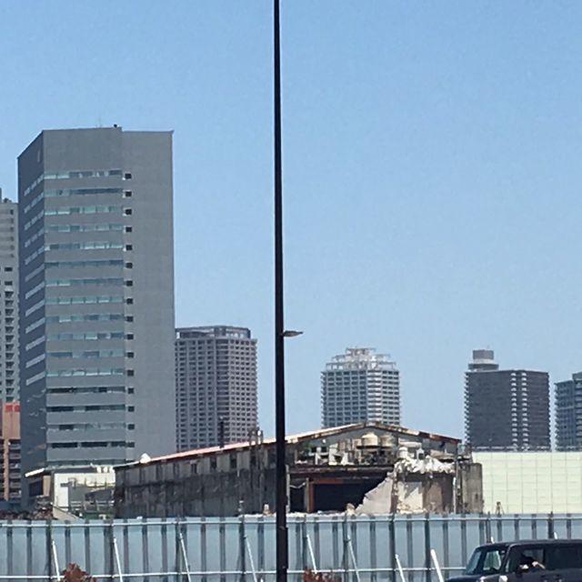 築地市場の隣の浜離宮から見える解体部分