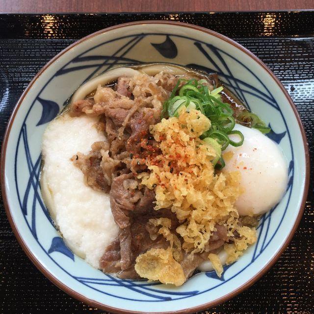 丸亀製麺の牛とろ玉うどん食レポ|牛肉に温泉たまごととろろの最強コンボ