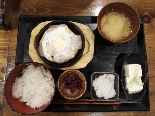 しんぱち食堂朝定食|豚バラ目玉焼き定食は、食材がおいしいから満足度が高い