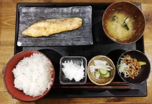 しんぱち食堂の朝定食|朝食メニュー4種オール400円と小鉢一覧