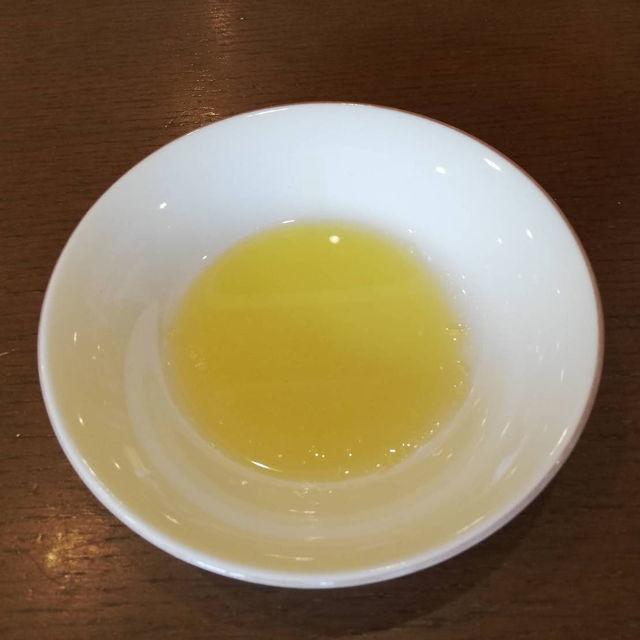 オリーブオイル+塩をパンにつけて食べると激ウマ