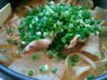 お昼は、夕べのキムチ鍋の残りに、具を足してキムチ鍋うどんに。