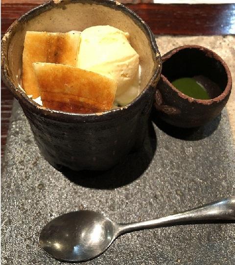 大きい器にはバニラアイスが、小さい器には抹茶シロップが入っている。