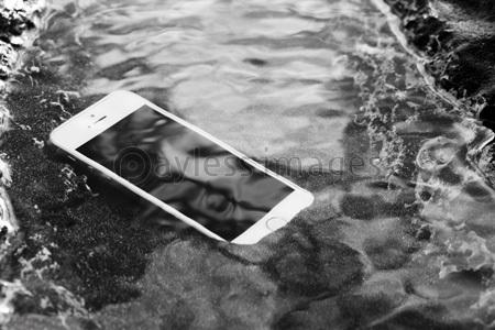 写真素材_水に浸かったスマートフォン_gf1420730670[1].jpg