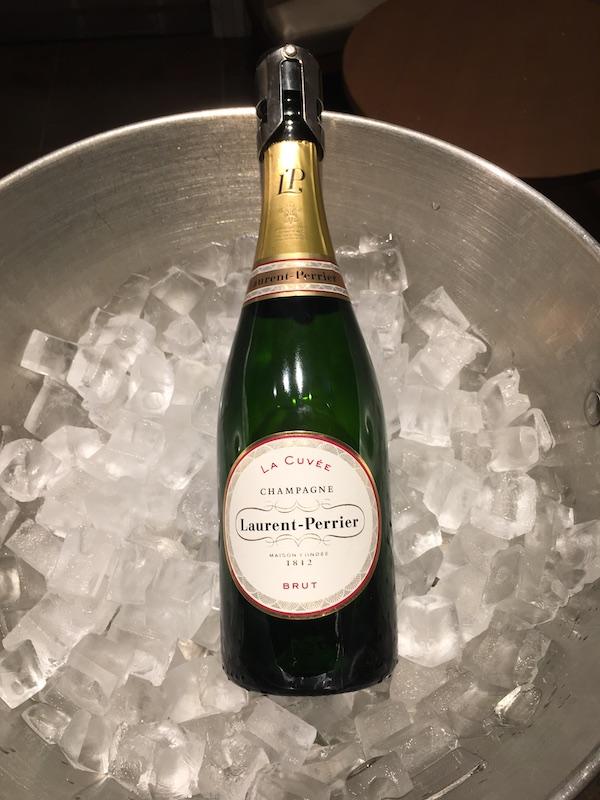 JAL ファーストクラスラウンジ RED SUITE シャンパン