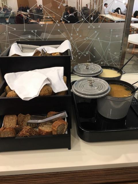 フランクフルト空港 JAL サクララウンジ パン、スープ