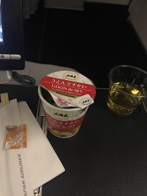 JAL JL010 プレミアムエコノミー 夜食 うどんですかい