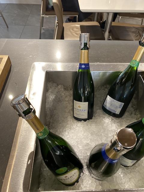 フラッグシップラウンジ 食事エリア シャンパン