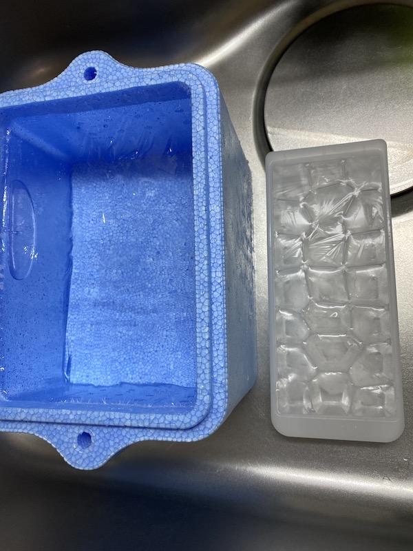 クーラーボックス と 製氷器 冷凍庫 5時間後くらい
