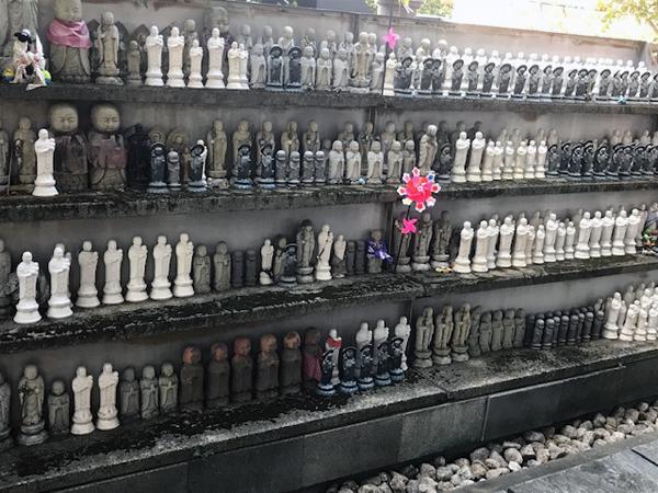 たくさんの水子地蔵菩薩像