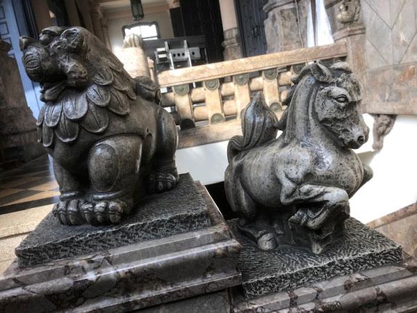 築地本願寺の馬とライオン
