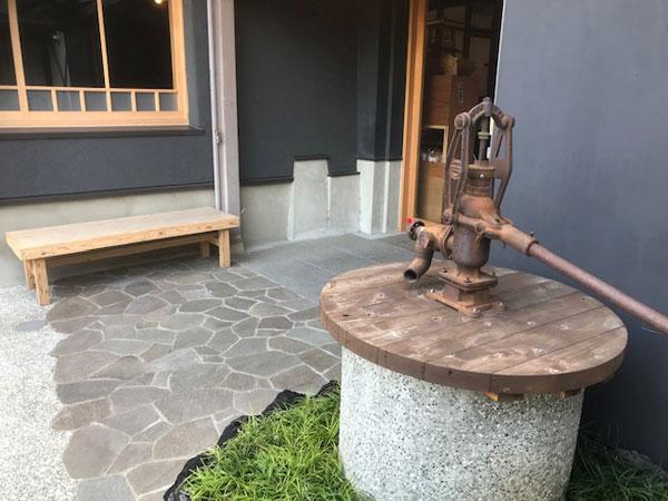 お菓子の紋蔵庵 - 蔵の街店 中庭のベンチ