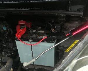 バッテリーとジャンプスターターをつないだところ