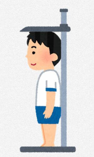 少年が身長測定をしている