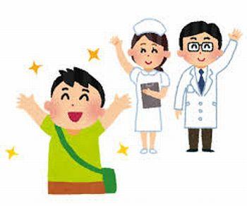 退院する患者と見送る医師と看護師
