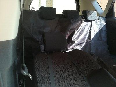 ペット用ドライブシートを自動車後部座席に敷いたところ